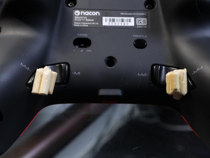 クッソ押しづらい「nacon プロコン2」の背面ボタンを、たった5分で押しやすくする方法: 背面ボタンを割りばしで延長