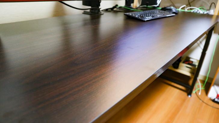 デスク:LOWYA「幅180cmデスク」:表面はマット加工されており、マウスパッドいらず